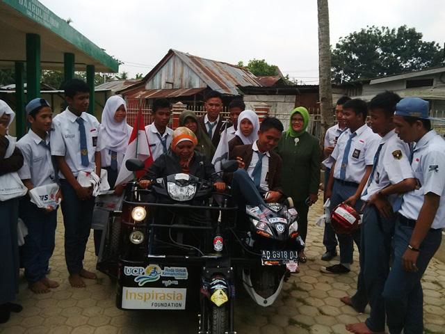 Sri Lestari membonceng murid SMK 5 dengan TVS Rockz pada kunjungan motivasional di Palembang