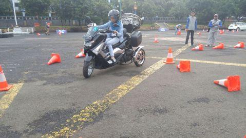 Echi Pramitasari anggota Max Owners ikut safety riding course meski memiliki keterbatasan fisik (2)